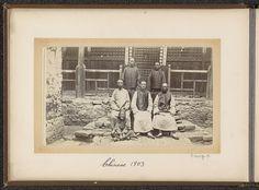 D.T. Dalton | Chinese mannen en een jongen voor een huis in Tibet, D.T. Dalton, 1903 | Onderdeel van Fotoalbum met 24 foto's van de reis van legertelegrafist D.T. Dalton door Tibet.
