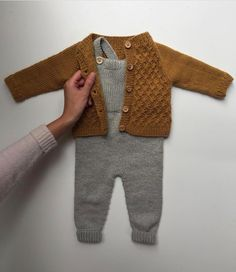 Willums Latzhose - Knitting For Kids Baby Knitting Patterns, Baby Boy Knitting, Knitting For Kids, Baby Boy Fashion, Kids Fashion, Fashion Outfits, Vêtement Harris Tweed, Crochet Baby, Knit Crochet