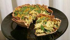 QUICHE DE TOFU VEGANO  INGREDIENTES (para una porción):  1 tortilla/fajita integral (yo uso las de Old el Paso) 1/2 – 1/3 de bloque de tofu firme (140 – 95 g, de Mercadona) 1/3 cebolla pequeña picada 1/2 taza de champiñones laminados (yo los compro enlatados) Entre 1/2 y 1 taza de espinacas frescas (al gusto) 1 puñadito de tomates secos cortados en trozos Especias al gusto: cúrcuma, pimentón rojo, ajo en polvo, albahaca, orégano, pimienta negra y sal.