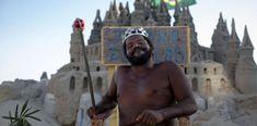"""RÍO DE JANEIRO-El """"rey Marcio"""": vive en un castillo de arena desde hace 22 años.Disfruta de su vivienda de arena en la playa de Barra da Tijuca. No paga ni un centavo en impuestos y hasta ofreceuna biblioteca pública. VER"""
