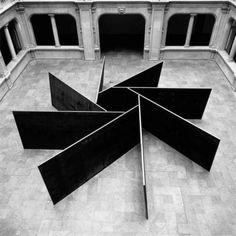 """1, 2, 3, 4, 5, 6, 7, 8  Richard Serra (San Fco, 2 11 1939) escultor post minimalista (tendencia de arte procesual) conocido x trabajar con grandes piezas de acero corten. Obtuvo el Premio Príncipe de Asturias 2010. A finales de los 60, las series Prop o Belts, la muestra Live Animal Habitat, muestran la rebeldía y originalidad de su autor, pero todavía a escala pequeña. """"Lo importante de esos 1ros tiempos"""", decía, era el proceso creativo, no el rtdo final."""