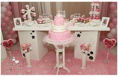 Mesa central de bolo e doces.