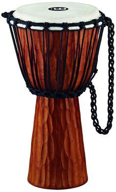 DJEMBE un instrumento de percusión perteneciente a la familia de instrumentos membranófonos. Se originó en el antiguo Imperio Mandinga, aproximadamente entre las localidades de Bamako (Malí) y Kankan (Guinea), desde aquí migró posteriormente a Senegal, Costa de Marfil y Burkina Faso, formando parte integral de la música y las tradiciones de la zona.