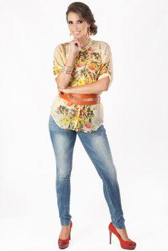 Jeans: Q.565 Blusa De Flores: Q.315 Cincho Ancho Naranja: Q.135 Aretes Dorados: Q.75 Pulseras Doradas: Q.125 Zapatos De Tacón Color Ladrillo: Q.335