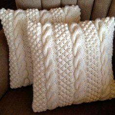 Чехол для подушки из старого свитера уникален.