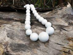 Dřevěné+korále:+Bílé+Náhrdelník+z+dřevěných+korálů.+Korále+jsou+lehké,+nabarvené+akrylovou+barvou+a+pečlivě+přelakované+lesklým+lakem.+Jsou+vždy+navlčeny+na+pružnou+gumičku,+takže+je+možné+je+přetáhnout+pohodlně+přes+hlavu.+Velikost+a+počty+korálků:+1x30mm,+2x25mm,+6x20mm,+12x+18mm,+10x+16mm.+Každý+náhrdelník+je+ruční+výroba+a+je+originál.+Na... Wood Design, Pearl Necklace, Pearls, Inspiration, Jewelry, Biblical Inspiration, String Of Pearls, Bijoux