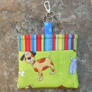 pooch-pouch - hold dog biscuits, poop bags and your keys! Animal Projects, Animal Crafts, Quilting Projects, Sewing Projects, Dog Treat Pouch, Biking With Dog, Dog Diapers, Bag Patterns To Sew, Small Quilts
