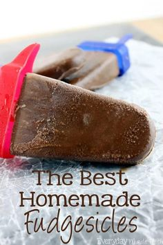 Chocolate fudgey goodness in the form of our summer favorite, popsicles! The Best Homemade Fudgesicles are made with 4 ingredients, and you will want to always have them in the freezer! | EverydayMadeFresh.com Frozen Meals, Frozen Desserts, Fun Desserts, Delicious Desserts, Good Food, Yummy Food, Best Dessert Recipes, Light Recipes, Cupcake Cookies