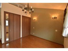 2F:主寝室<br /> 西側の壁を暗めのアクセントクロスにすることで落ち着いた雰囲気に。