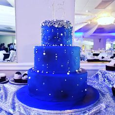 Under the stars themed quincenera. For a beautiful mother and daughter. Beautiful Wedding Cakes, Beautiful Cakes, Amazing Cakes, Blue Birthday Cakes, Sweet 16 Birthday, Royal Blue Cake, Sweet Sixteen Themes, Quince Cakes, Sweet 16 Decorations