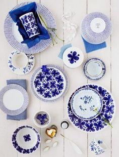 """青と白の爽やかな食器は、スウェーデンの陶器メーカー、ロールストランドの""""モナミ""""。春から夏にかけてのテーブルコーディネートに取り入れてみるといいかも。"""
