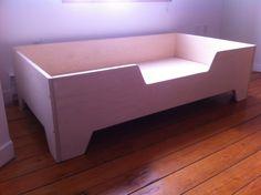 DIY Projects: DIY Toddler bed with birch plywood Diy Pour Chien, Diy Toddler Bed, Toddler Rooms, Small Bedroom Organization, Kids Room Design, Kids Furniture, Bedroom Furniture, Furniture Design, Dark Furniture