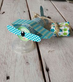 Beplak een bellenblaas met vrolijk papier (hema), gebruik gekleurd karton(hema) om de vleugels en propellors te maken, plak hier een […] Crafts For Boys, Diy And Crafts, Craft Party, Party Themes, Happy Birthday, Red Velvet, Treats, Holiday, Kids