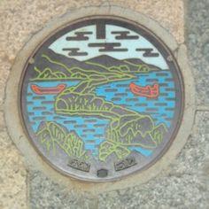 via @wisteria0609 天の橋立@宮津市 #マンホール #manhotalk Miyazu city, Kyoto Prefecture is known for Lady Garacia and Ama-no-Hashidate, the Bridge of Heaven.