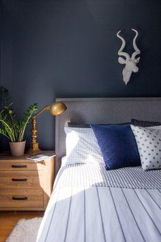 1-quarto-azul-marinho-combina-listras-e-poas-na-roupa-de-cama- Sabrina Smelko