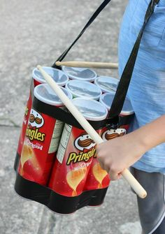 Spielzeuge selber machen mit Pringles Dosen basteln Pringles Dose, Pringles Can, Music Instruments Diy, Homemade Musical Instruments, Diy Drums, Personalized Photo Frames, Rainbow Paper, Diy Bottle, Diy Candles