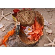 Deze exclusieve hippe (cowboy) strandhoed in Ibiza stijl is versierd met een oranje sjaal en aan de voorkant met oranje en witte bloemen. De zijkant van de hoed is versierd met een ketting met oranje veertjes.  Van elk exemplaar is er maar één gemaakt! Leuk te combineren met onze exclusieve hippe rieten strandtassen (ibiza style).