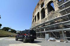 Istallata al Colosseo cancellata di protezione. In aggiunta ai metal detector per allerta terrorismo e anche contro l'assedio degli ambulanti