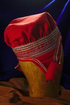 Enontekiön naisten lakkia koristavat nauhat myös niskan puolella