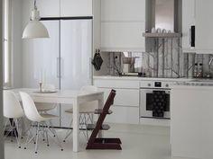 Välitilan metsätapetti viimeistelee keittiön mustavalkoisen tyylin. Small Space Kitchen, Small Spaces, Kitchen Dining, Dining Room, Eames, Home Kitchens, Office Desk, New Homes, Furniture