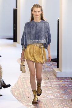 The complete Chloé Spring 2019 Ready-to-Wear fashion show now on Vogue Runway. Casual Chic, Style Désinvolte Chic, Chloe, Fashion Week, Womens Fashion, Runway Fashion, What Is Fashion, Fashion Show Collection, African Fashion