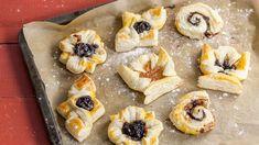 Hurmaa jouluvieraasi perinteisten joulutorttujen sijaan uusilla muodoilla ja täytteillä. K-Ruoka.fi:stä löydät vaihtoehtoja perinteille! Cheesecake, Cupcakes, Tasty, Cooking, Desserts, Holidays, Food, Kitchen, Tailgate Desserts