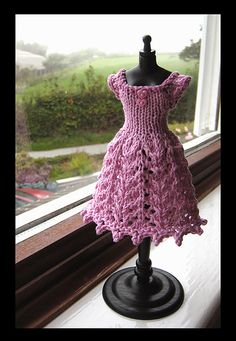 I have not been knitting for such a long time, and I almost forgot how to knit! Finally, I finished this dress and took the display torso out of the bag.
