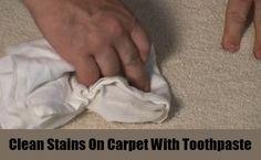 Con un cepillo de raíces y un poco de pasta de dientes, puedes eliminar fácilmente las manchas de la alfombra o moqueta