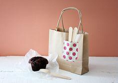 茶色の紙袋に、可愛い折り紙のポケット。 スプーンを入れて渡すのも気が利いてますね。