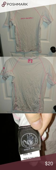 Kid's sized Rashguard I wore this for only a few days several years ago! This could probably fit an adult xs/s.  Make an offer? Body Glove Swim Rashguards