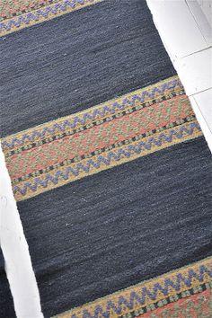 LOPPBERGA : Tokig i trasmattor på Loppberga - blog om en väverskas vardag, inspiration och mattor Weaving Textiles, Weaving Patterns, Tapestry Weaving, Textile Patterns, Weaving Loom Diy, Hand Weaving, Scandinavian Embroidery, Art Textile, Weaving Projects
