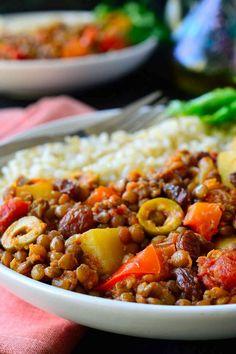 Esta receta de picadillo cubano vegano es un plato multicolor y delicioso a base de lentejas especiadas, patatas, tomates, aceitunas y pasas.