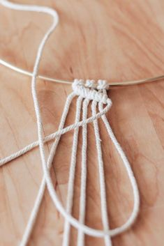 Basic Macrame Knots : Step by Step Guide - Decor HintLearn how to make basic macrame knots with this step by step guide. With just these four knots, you can make so many macrame projects.Primary macrame nodes: step by step Information # … - Easy Yarn Cr Diy Macrame Wall Hanging, Macrame Plant Hangers, Macrame Cord, Micro Macrame, How To Macrame, Macrame Curtain, Half Hitch Knot, Macrame Design, Macrame Projects