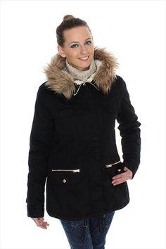 Γυναικείo μαύρο παρκά με κουκούλα -φερμουάρ κάτω από πατιλέτα με κρυφά  τρούκς-αποσπώμενη γούνα στην κουκούλα-μικρές τσέπες με καπάκι στο  στήθος-δυο ... 3cca0c08a1d