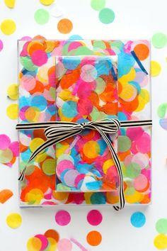 How cute is this colorful Confetti Gift Wrap? Perfect for the Holiday gifts Una envoltura de regalos de confetti super colorida Wrapping Ideas, Creative Gift Wrapping, Creative Gifts, Wrapping Gifts, Simple Gifts, Easy Gifts, Unique Gifts, Diy Confetti, Flamingo Gifts