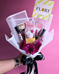 Makeup Bouquet Gift, Candy Bouquet Diy, Gift Bouquet, Cute Birthday Gift, Friend Birthday Gifts, Diy Birthday, Bouquet Cadeau, Bff Christmas Gifts, Diy Gifts To Sell