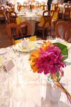 花どうらく/ウェディング/hanadouraku/http://www.hanadouraku.com/bouquet/wedding/rainbow/センターピース/モカラ/モンステラ/ゲストテーブル/リボン