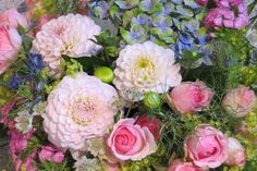 Flower decoration for summer wedding. All from the hands of Mr. Jorgensen - ourtalented florist. // Borddekorajson for sommerbryllup. Alt fra Herr Jørgensens hender.