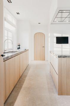 White Wood Kitchens, Modern Kitchen Interiors, Wood Interior Design, Cuisines Design, Home Renovation, Minimalist Design, Interior Lighting, Home Kitchens, Kitchen Design