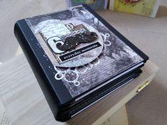 Un album foto scrapbook spune o poveste chiar și înainte de a aduna în el amintiri. Fiecare pagină are în spate ore de muncă și imaginația meșterului. Album, Scrapbook, Scrapbooks, Scrapbooking, Guest Books