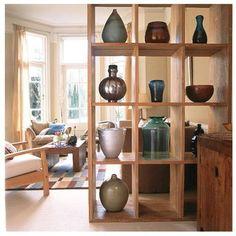 Hoy en día los espacios abiertos y diáfanos están de moda. Los separadores de ambientes cumplen la función de dividir el espacio para conseguir el efecto visual de que cada ambiente tiene su sitio. Palets, bambú, tela de saco, cajas de madera... Se trata de dividir no de aislar.