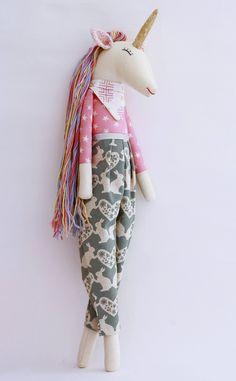 Unicornio, Lily muñeca de trapo hecha a mano cuerpo de estrellas rosas de EstrellanDolls en Etsy