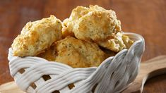 These savory copycat Red Lobster Cheddar Bay biscuits mix up in one bowl, with ingredients you already have in your kitchen. Faster, easier, and cheaper than eating out! Cheddar Bay Biscuits, Garlic Cheddar Biscuits, Red Lobster Biscuits, Cheddar Cheese, Fluffy Biscuits, Keto Biscuits, Summer Potluck, Biscuit Mix, Slim Fast