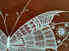 mariposa en estilo mandala realizada con rotuladores acrílicos, fondo con pinturas acrílicas y envejecido