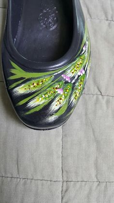 Painted Canvas Shoes, Painted Bags, Painted Clothes, Fabric Painting, New Shoes, Crocs, Folk Art, Sandals, Design