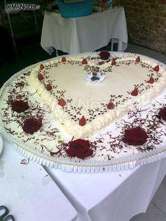 http://www.lemienozze.it/gallerie/torte-nuziali-foto/img30218.html Torta nuziale a forma di cuore