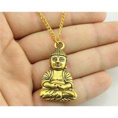Porter un pendentif Bouddha, c'est s'allouer la présence de ce guide qui a passé sa vie à enseigner les valeurs de la compassion, de la bienveillance, de l'altruisme et de l'amour. Il a aussi consacré son existence à enseigner aux autres le respect de la vie en leur apprenant à apprécier chaque moment pour vivre en harmonie les uns avec les autres. Bouddha est un pur symbole de paix. Porter son effigie est un acte sacré pour les bouddhistes, Tibétains et autres partisans de spiritualité.<br /><br /> Ce Pend