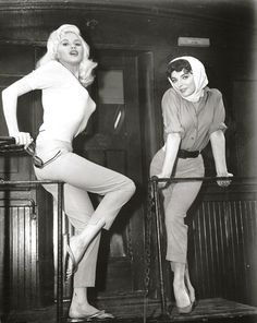 Jayne Mansfield en Joan Collins op de set van The Wayward Bus