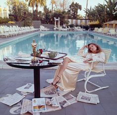 This photo is amazing.Faye Dunaway after winning the Oscar in 1977.Photo Taken by photographer Terry O'Neil.