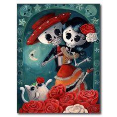 <b>Los amantes adentro mueren de Los Muertos. </b> Oh, una qué escena romántica. Luna brillante feliz de Calavera. Gato blanco con detrás color de rosa su oído lindo. Rosas rojos, blancos, decoración de Dia de Los Muertos por todo el ejemplo. Y en el frente - dos amantes. Esqueletos que llevan los equipos mexicanos tradicionales. Mariachi del EL y Catrina verdaderamente adorable. Él está llevando los bigotes de lujo, como todos los esqueletos de México y de la ella tiene pelo negro largo y…